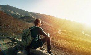 homem com mochila sentando ligado rocha em por do sol ligado vulcao etna montanha em sicilia_8353 6518