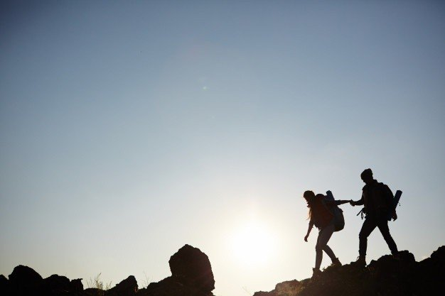 silhueta de casal escalando montanhas_1098 13456