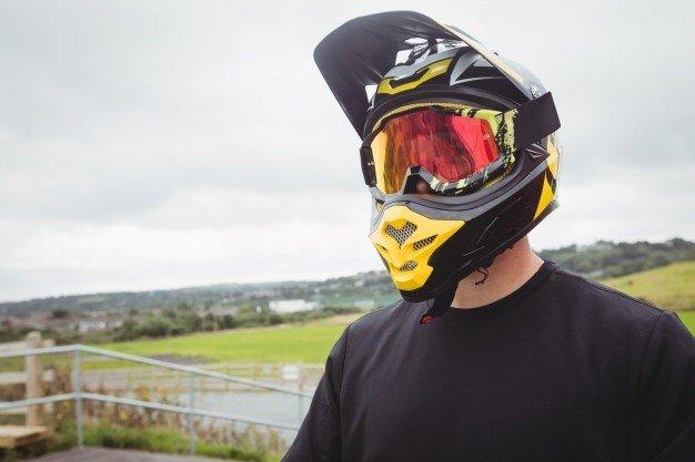 ciclista usando um capacete_107420 65693